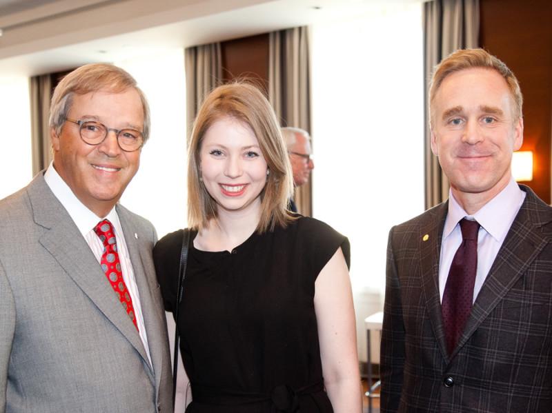 Jacques Ménard, Maurane Cloutier (Boursière Loran BMO Marchés des capitaux 2012) et Patrick Cronin. La société BMO Marchés des capitaux est l'un des partenaires les plus importants de la Fondation Boursiers Loran.